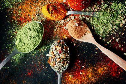 βότανα και μπαχαρικά για αδυνάτισμα κουτάλια μια πολύχρωμα βότανα και μπαχαρικά