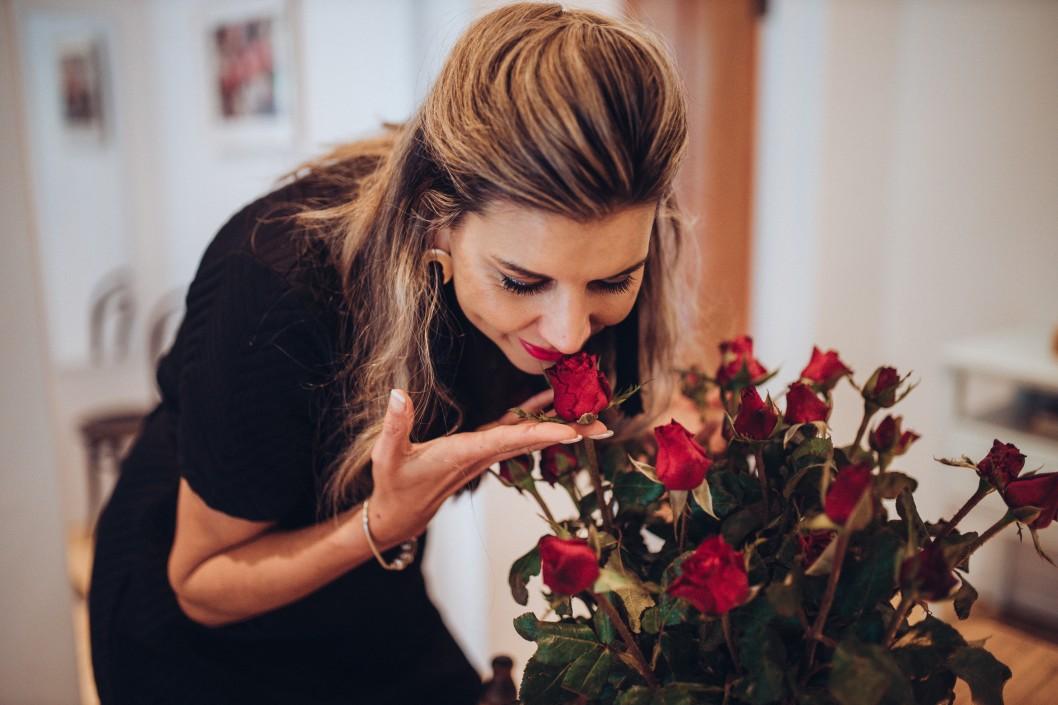 γυναίκα με ανοσμία που μυρίζει κόκκινα τριαντάφυλα