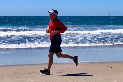 άνδρας με βηματοδότη τρέχει στην παραλία