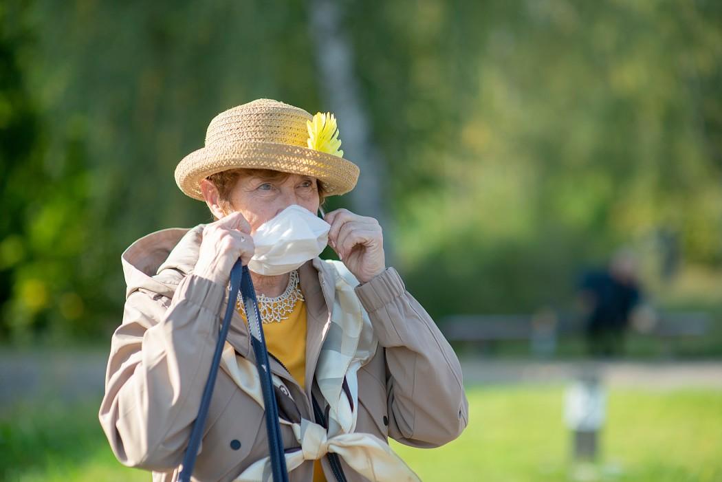 ηλικιωμένη γυναίκα με μάσκα ανήκει στις ευπαθείς ομάδες