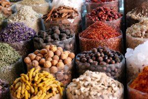 βότανα και μπαχαρικά αδυνάτισμα σακιά με διαφορετικά μπαχαρικά