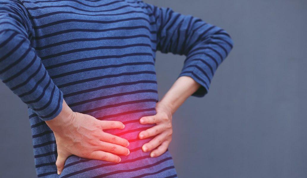 κατάθλιψη πόνο στη μέση άνδρας πιάνει τη μέση του που πονάει