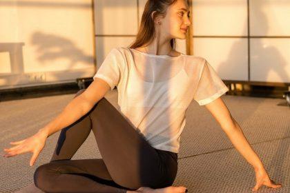 σύνδρομο κοιλιακών προσαγωγών κοπέλα που κάνει ασκήσεις χαλάρωσης