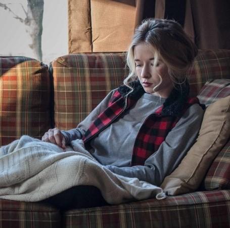 γυναίκα με κουβέρτα στον καναπέ εποχές