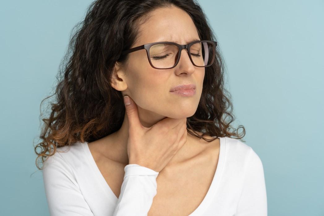Δυσκολία στην κατάποση - Γυναίκα δυσκολευεται να καταπιεί