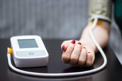 Πιεσόμετρο σε γυναικείο χέρι - Νευροπίεση