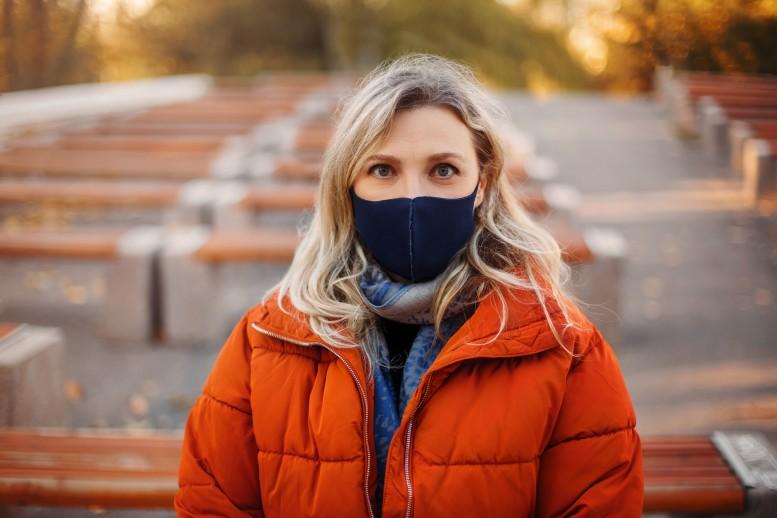 Yφασμάτινες μάσκες: Γυναίκα φορά μάσκα κατά του covid-19