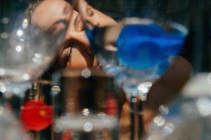 σχιζοφρένεια γυναίκα έχει παραισθήσεις αντανάκλασ σε ποτήρια