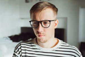 Λυπημένος άνδρας με γυαλιά