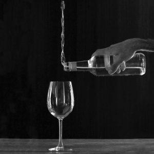 παραληρητική διαταραχή μπουκάλι κρασί με ποτήρι
