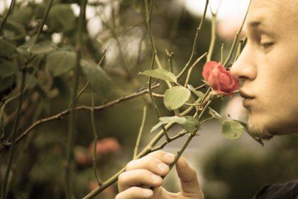 άνδρας με απώλεια όσφρησης προσπαθεί να μυρίσει τριαντάφλυλλο