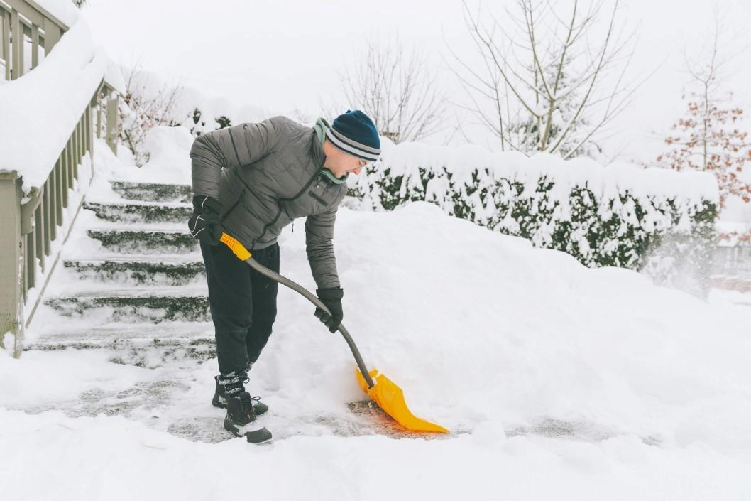 Αντιμέτωπος με κίνδυνο εμφράγματος: Άνδρας φτυαρίζει ανοίγοντας το δρόμο από το χιόνι