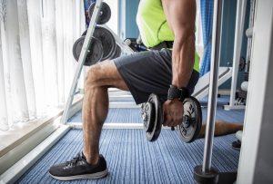 άνδρας γυμνάζεται για αύξηση τεστοστερόνης