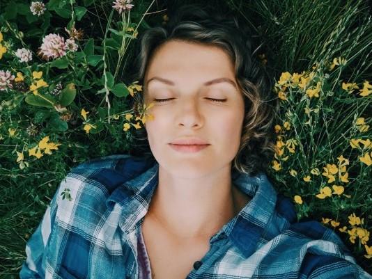 γυναίκα που κοιμάται στη φύση με εφικτή επικοινωνία στα όνειρα της