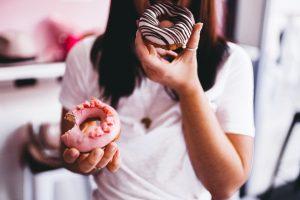 γυναίκα τρώει ντόνατς