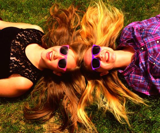 δερματικές παθήσεις ήλιο γυναίκες ξαπλωμένες στο γρασίδι