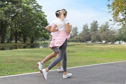 άνδρας και γυναίκα αθλούνται στο πάρκο για μακροζωία και υγιή γήρανση