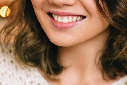 γυναίκα χαμογελά χωρίς ασθένεια των ούλων