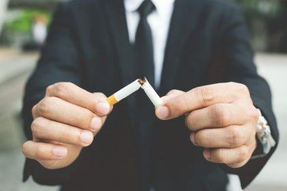 μείωση στο κάπνισμα άνδρας κόβει το τσιγάρο
