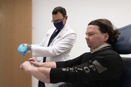 τριπλή μεταμόσχευση προσώπου - Ο Τζο Ντιμίο μαζί με τον γιατρό του