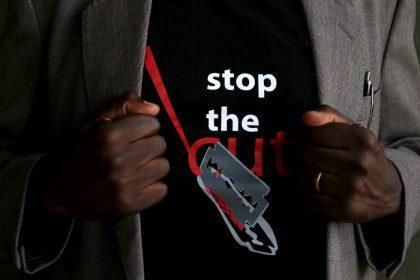 Παγκόσμια Ημέρα κατά της Κλειτοριδεκτομής - Μπλούζα με αίτημα τον σταματημό του ακρωτηριασμού