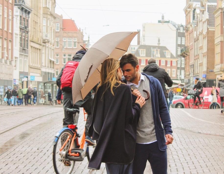 ερωτευμένο ζευγάρι στην πλατεία