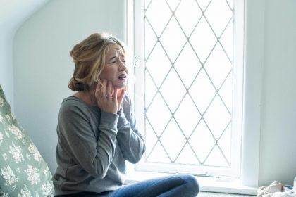άγχος της υγείας γυναίκα πιάνει το λαιμό της από το άγχος