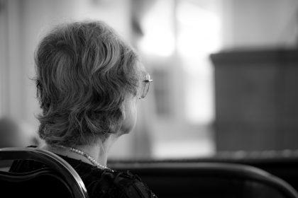 γυναίκα κοιτάζει στο κενό άνοια και covid-19