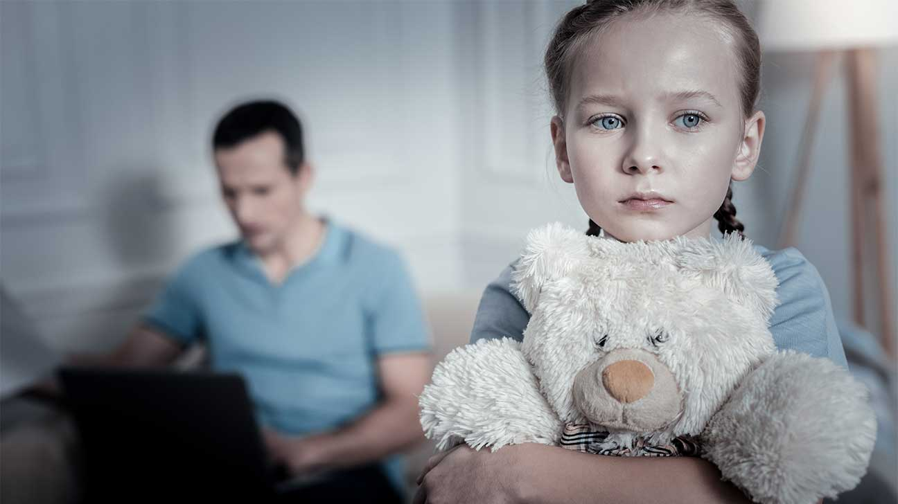Κακοποιημένο, φοβισμένο κορίτσι, κρατάει αρκουδάκι