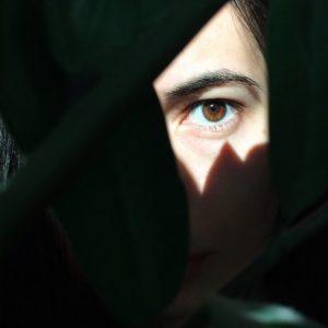 φωτοευαισθησία στα μάτια φως πέφτει σε μάτι κοπέλας
