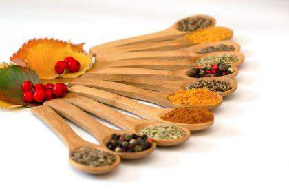 φούσκωμα βότανα μπαχαρικά κουτάλια ξύλινα με διάφορα μπαχαρικά