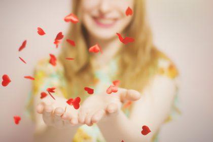 ενδορφίνες κατάθλιψη γυναίκα χαμογελά