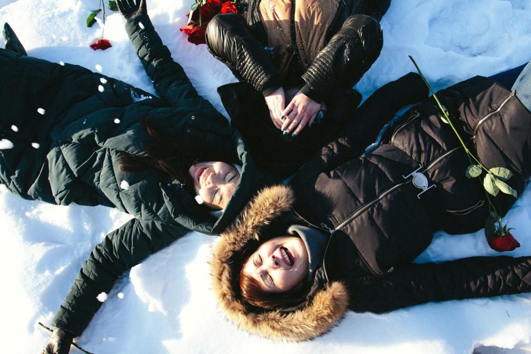 ευτυχία κορίτσια γελάνε στo χιόνι