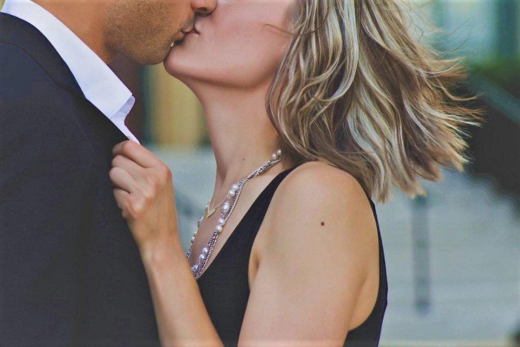 όταν δύο άνθρωποι έχουν χημεία νιώθουν έλξη και φιλιούνται