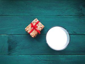 ασβέστιο ποτήρι με γάλα και δημητριακά