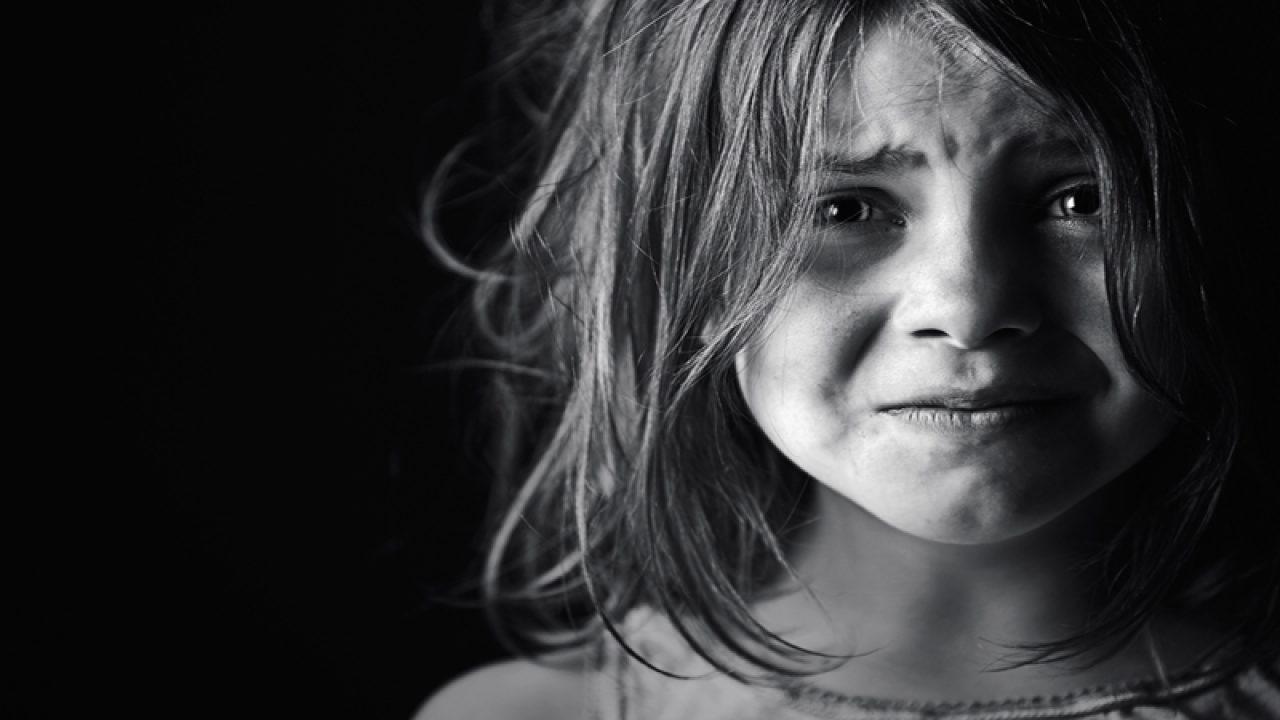 Κακοποιημένο, τρομοκρατημένο κορίτσι