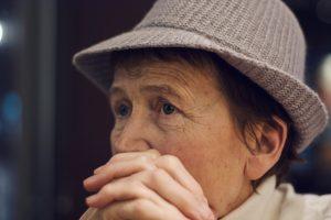 κλιμακτήριος ψυχολογικά συμπτώματα γυναίκα κοιτάει με θλίψη
