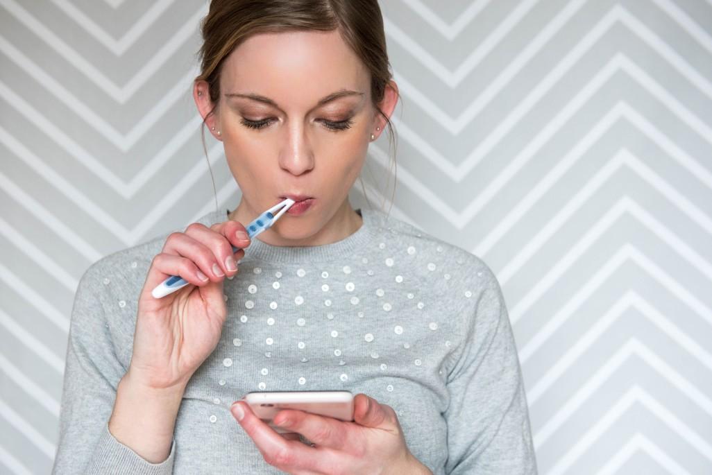 γυναίκα βουρτσίζει τα δόντια της για την πρόληψη και αντιμετώπιση της ουλίτιδας