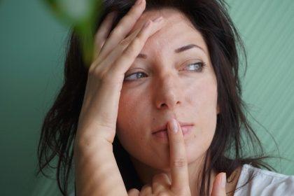 διπολική διαταραχή ψέματα γυναίκα σκέφτεται