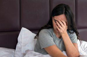 δυσπαρευνία γυναίκα πονάει στο κρεββάτι