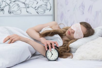 υπερυπνία γυναίκα κλείνει το ξυπνητήρι που χτυπάει