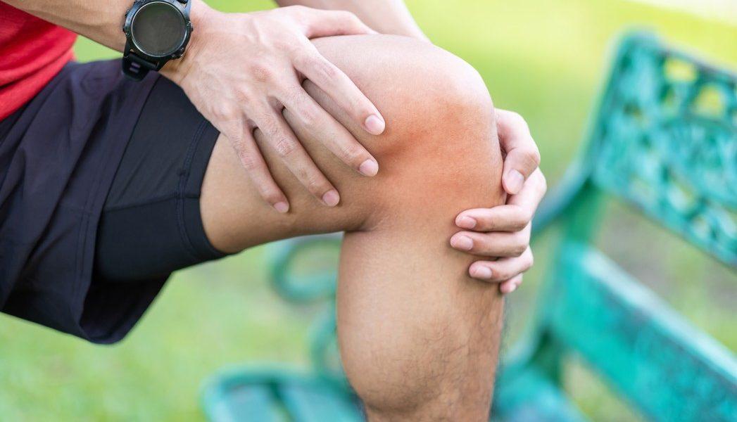 ωμέγα 3 πόνος στους μυς αθλητής πιάνει το πόδι του που πονάει