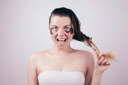 μαύροι κύκλοι στα μάτια φυσική αντιμετώπιση γυναίκα με μαύρους κύκλους γελάει