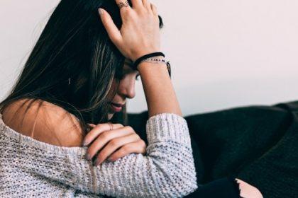 αγχώδης διαταραχή συμπτώματα γυναίκα πιάνει το κεφάλι της