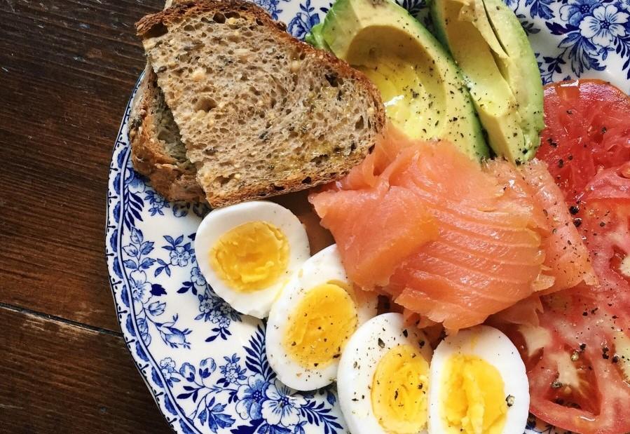 αυγά, σολωμός, αβοκάντο εμπεριέχουν τρυπτοφάνη
