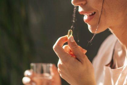 γυναίκα λαμβάνει βιταμίνη D για υγιή δόντια και ούλα