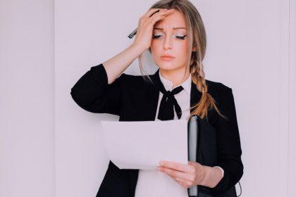 γυναίκα με αύρα χωρίς ημικρανία κατα τη διάρκεια της εργασίας της