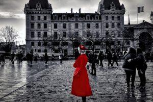 γυναίκα στα κόκκινα