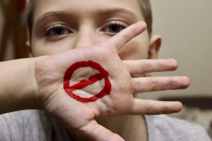 σεξουαλική κακοποίηση γυναίκα με κλειστό στόμα