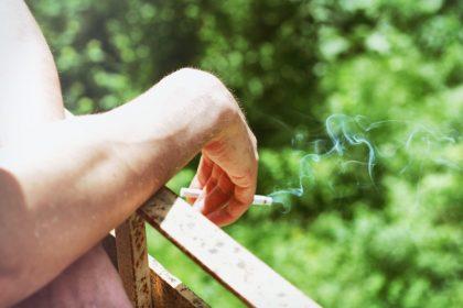 κάπνισμα άσθμα γυναίκα με τσιγάρο στο χέρι